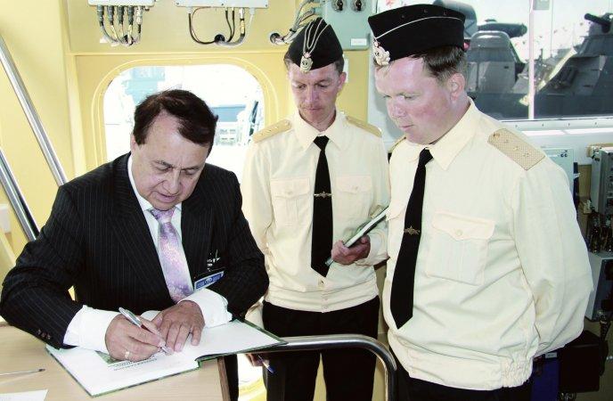 """Директор компании """"Военформ-дизайн"""" Алексей Сафонов на одном из кораблей, экипаж которого использует форму предприятия"""