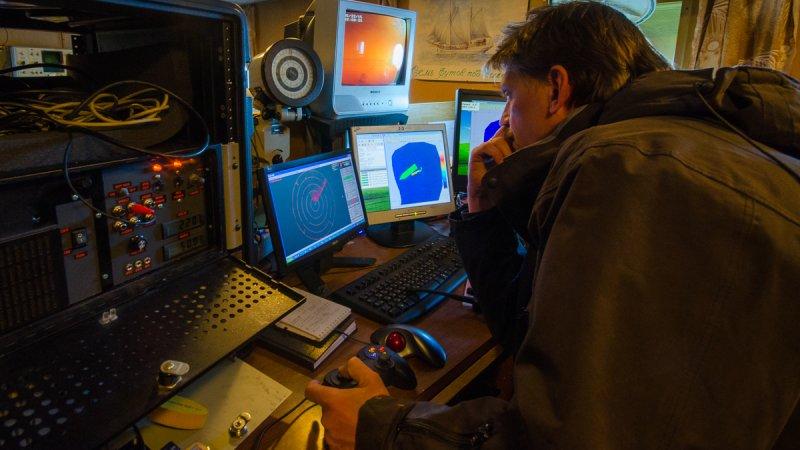 Оператор управляет подводным аппаратом